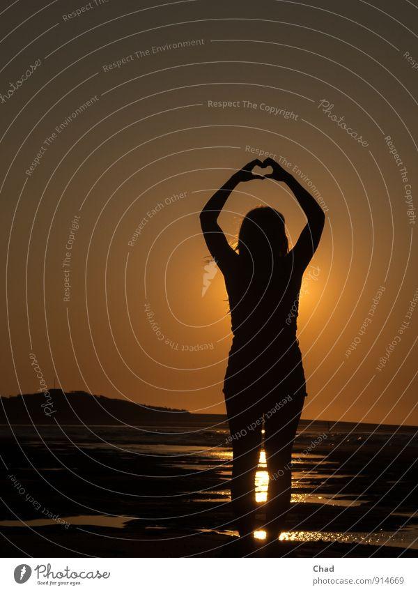 Herz Hände Mensch Kind Ferien & Urlaub & Reisen Jugendliche Sommer Junge Frau Meer ruhig Strand schwarz gelb Gefühle Liebe Glück Freundschaft orange