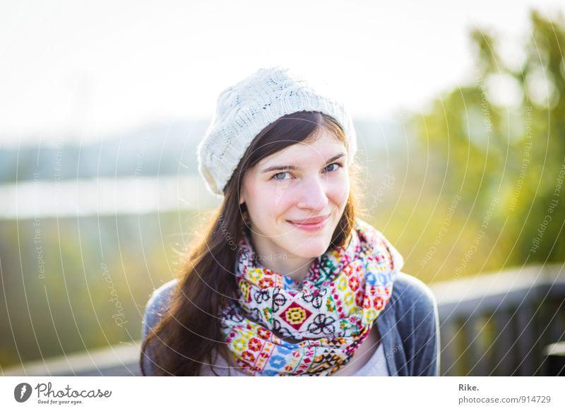 Glücklich. Lifestyle Mensch feminin Junge Frau Jugendliche Erwachsene Gesicht 1 13-18 Jahre Kind 18-30 Jahre Mode Accessoire Schal Mütze brünett langhaarig