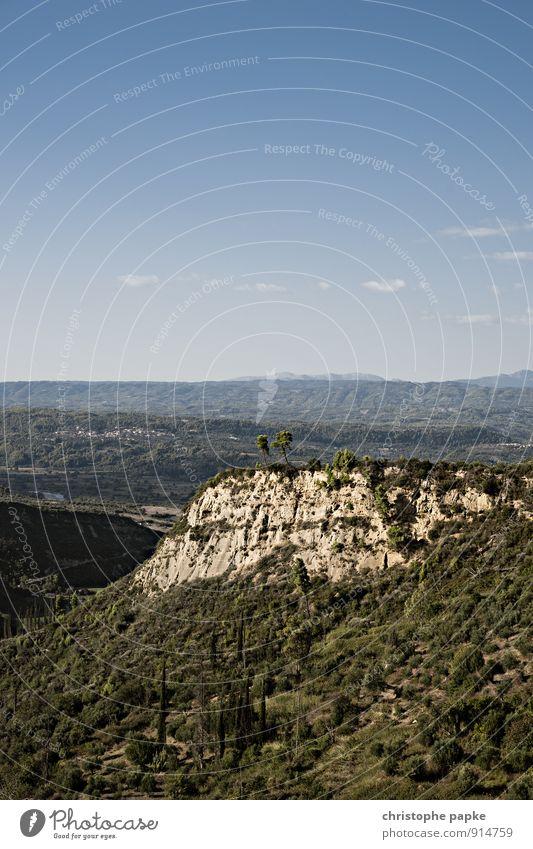 Hohe Kante Himmel Natur Ferien & Urlaub & Reisen Pflanze grün Sommer Sonne Baum Einsamkeit Landschaft Ferne Wald Umwelt Berge u. Gebirge Felsen Wachstum