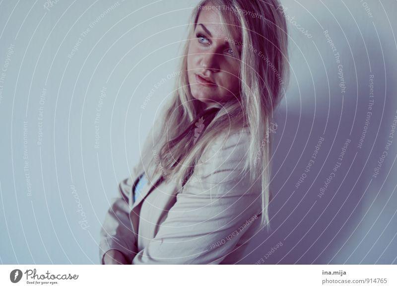_ Mensch feminin Junge Frau Jugendliche Erwachsene 18-30 Jahre 30-45 Jahre Haare & Frisuren blond langhaarig beobachten elegant Erfolg trendy schön seriös blau