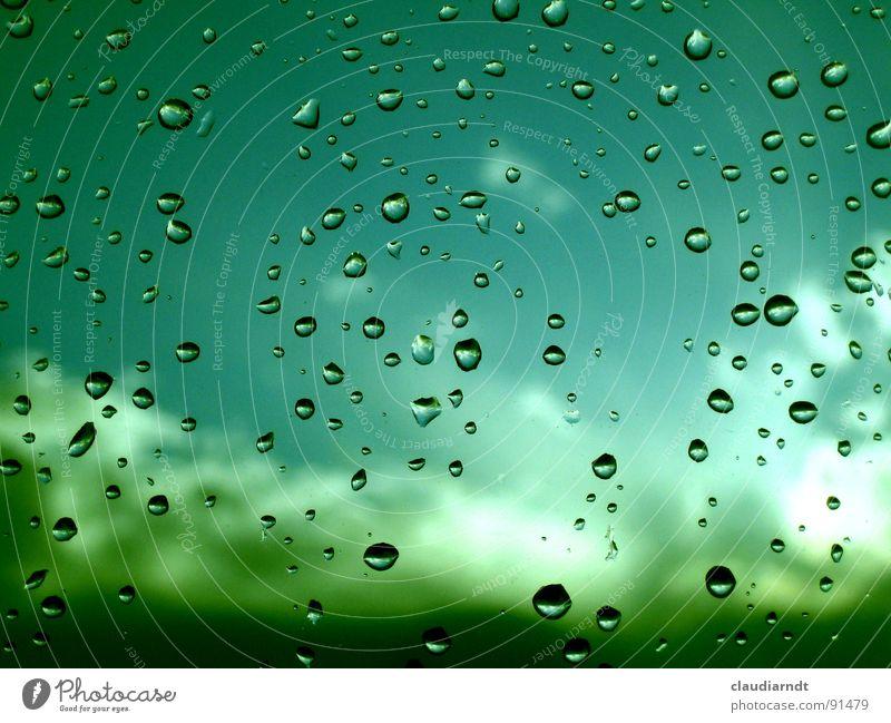 Sprudel am Fenster Regen Fensterscheibe Wolken grün dreckig türkis Reflexion & Spiegelung Aussicht trüb Licht Verlauf hell Trauer spritzen Wasser Wassertropfen