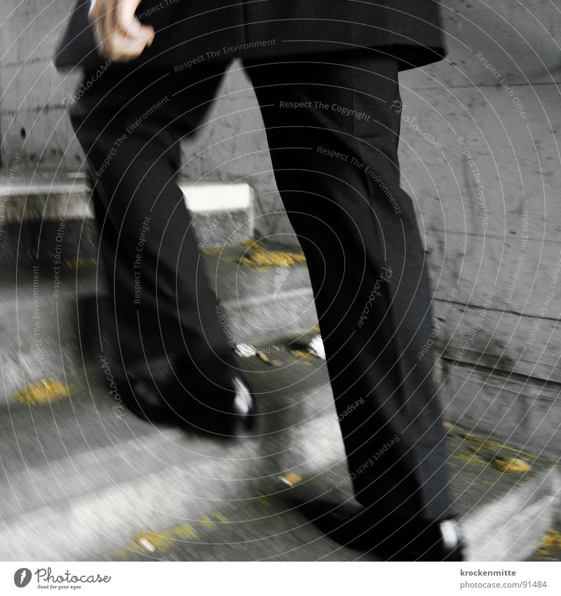 Karriereleiter Anzug Mann aufsteigen Beton Hand schwarz Schuhe Lackschuhe Faltenwurf Bewegungsunschärfe Eile rennen Arbeitsweg Fußgänger gehen Erfolg Treppe