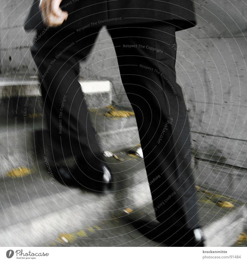 Karriereleiter Mann Hand schwarz Arbeit & Erwerbstätigkeit Schuhe Business gehen Erfolg Beton hoch rennen Geschwindigkeit Treppe Anzug Falte