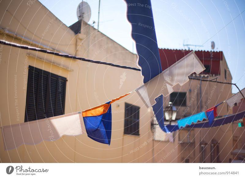 vom winde verweht. Himmel Sonne Freude Fenster Wand Straße Wege & Pfade Mauer Gebäude Feste & Feiern Party Fassade Wohnung Fröhlichkeit Schönes Wetter