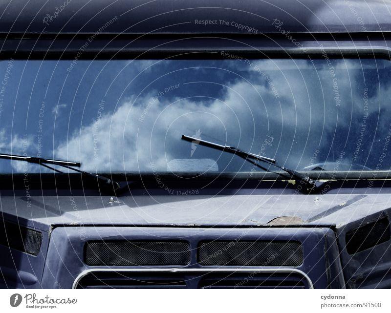 Sky Cruiser alt Himmel blau Wolken Gefühle träumen PKW retro Lastwagen entdecken Fensterscheibe Fahrzeug Oldtimer himmlisch Illusion wahrnehmen