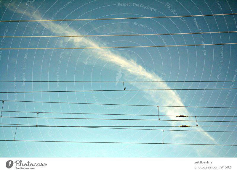 Gruppensex im Testballon Oberleitung Eisenbahn Güterverkehr & Logistik Schienenverkehr Gleise Wolken Kondensstreifen Luft Erholung Verkehr Bahnhof Himmel