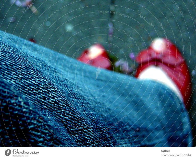 Red Shoes rot Hose ruhig Einsamkeit Bekleidung Schue Fuß Rhein Alsphalt