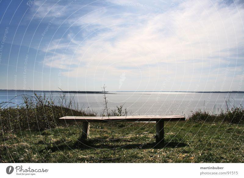 die bank am fjord Wasser Himmel weiß Sonne Meer grün blau Strand ruhig Wolken Einsamkeit Ferne Erholung Wiese Holz Zufriedenheit