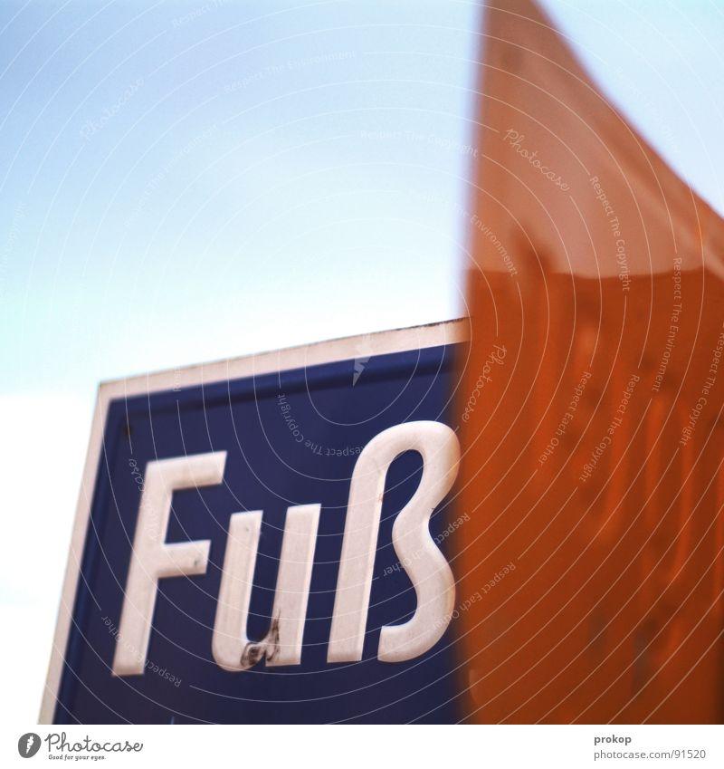 Fuß... Himmel blau Metall orange Rücken glänzend Schilder & Markierungen Verkehr Schriftzeichen kaputt Hinweisschild Sicherheit Buchstaben Zeichen Neigung