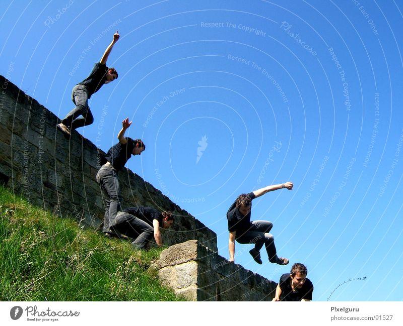 Parcour auf ner Wiese Le Parkour springen Mauer Sport Spielen Run Freude nichts zu tun Jump 'n' Run blau Himmel von der mauer auf die wiese Rasen