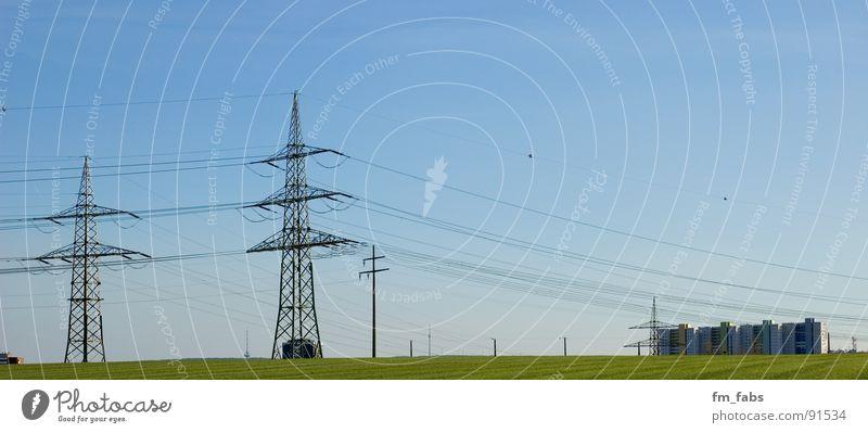 verkabelt Himmel grün blau Wiese Kraft groß Hochhaus Industrie Energiewirtschaft Elektrizität Kabel Schönes Wetter Panorama (Bildformat) Plattenbau eckig Haus