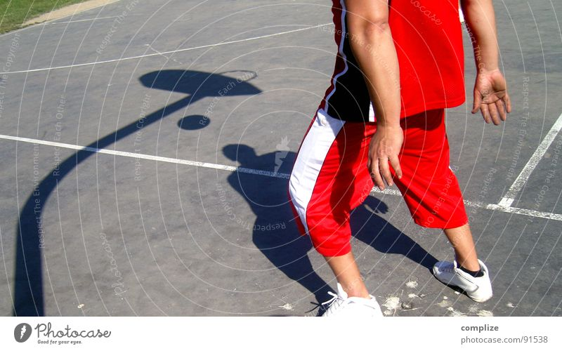 the player Korb Sport Ballsport rot Spielen Spielplatz Schulsport Typ Basketball Schatten werfen Linie game Bewegung