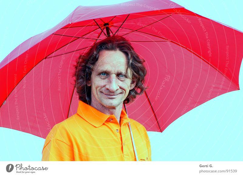 der Junge mit dem Regenschirm ist da Mann maskulin Freak Gesicht Lachfalte lockig Locken Fröhlichkeit Freundlichkeit rot abgeschirmt sympathisch trocken Dürre