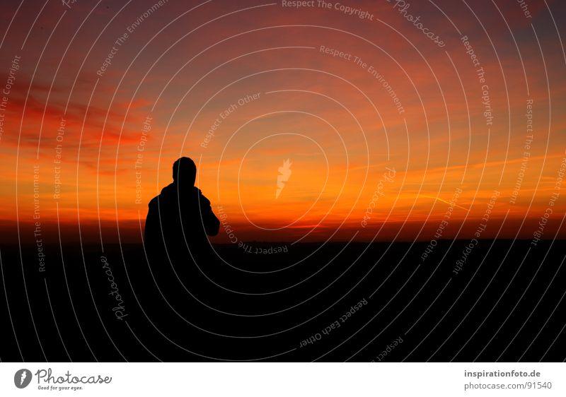 Alltagsflucht Sonnenuntergang Wolken Licht Dämmerung rot Horizont ruhig Zufriedenheit Stimmung angenehm Himmel Silhouette Landschaft Abend orange Mensch