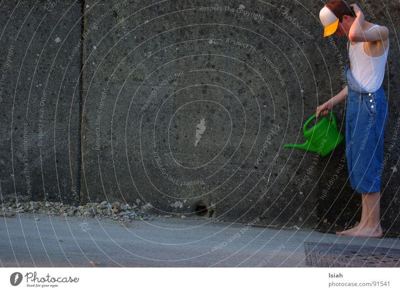 giessen für  c.sign Landwirt Barfuß Beton Dämmerung gießen kopfkratzen Loch nützt es was??