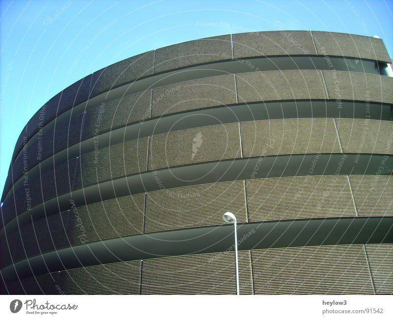 untitled.. Parkhaus Parkdeck Lampe Licht Haus grau weiß Kunstwerk Architektur blau Himmel