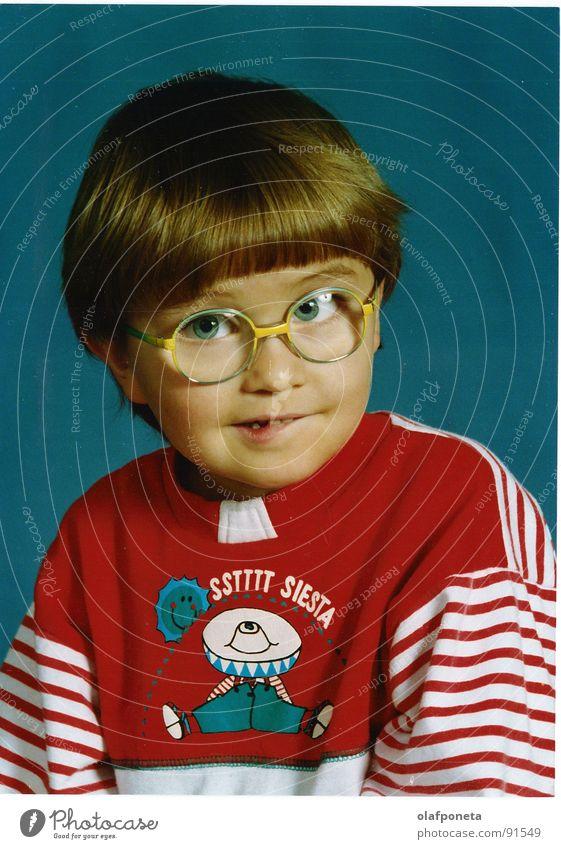 Ich mal vor der Linse Kind süß Brille Siesta lustig Porträt Selbstportrait Fröhlichkeit Freundlichkeit weich Pullover rot Fotograf Kleinkind Junge Pilz Fun