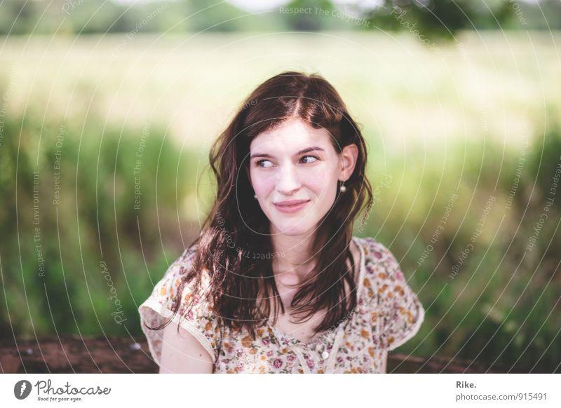 Sommerwind. Mensch feminin Junge Frau Jugendliche Erwachsene Gesicht 1 13-18 Jahre Kind 18-30 Jahre Natur Frühling Feld brünett langhaarig Erholung Lächeln