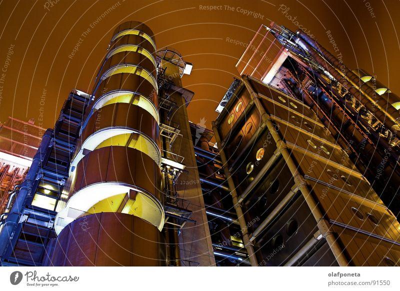 Lloyds Gebäude aus der Froschperspektive Stadt Gebäude hoch modern Hochhaus groß einzigartig Industriefotografie Balkon Stahl Röhren Sonnenenergie London Fahrstuhl England