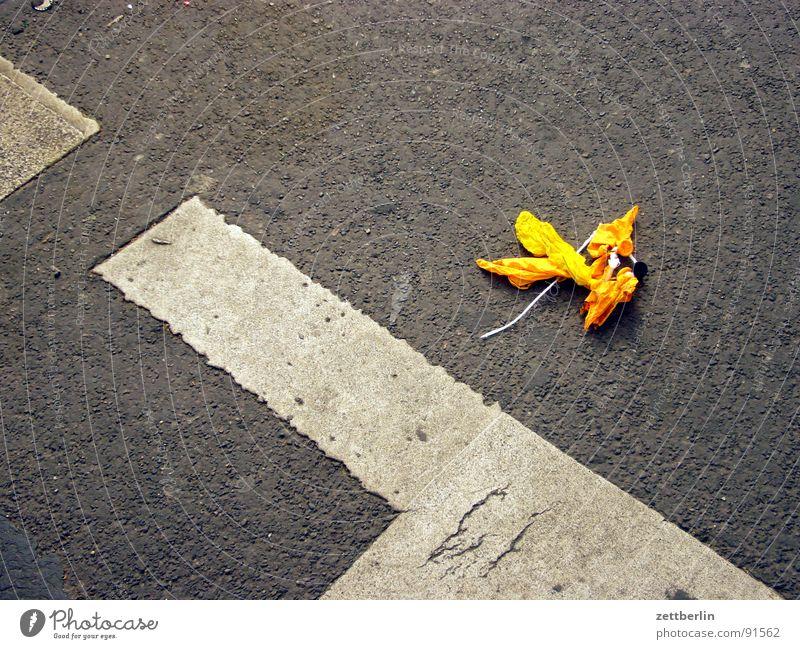 StVO : Straßenverkehrsordnung {f} = Highway Code gelb Straßenverkehr Fröhlichkeit Luftballon Asphalt Müll Vergänglichkeit Lebensfreude obskur Verkehrswege verlieren Banane Ausgelassenheit Fahrradweg wegwerfen achtlos