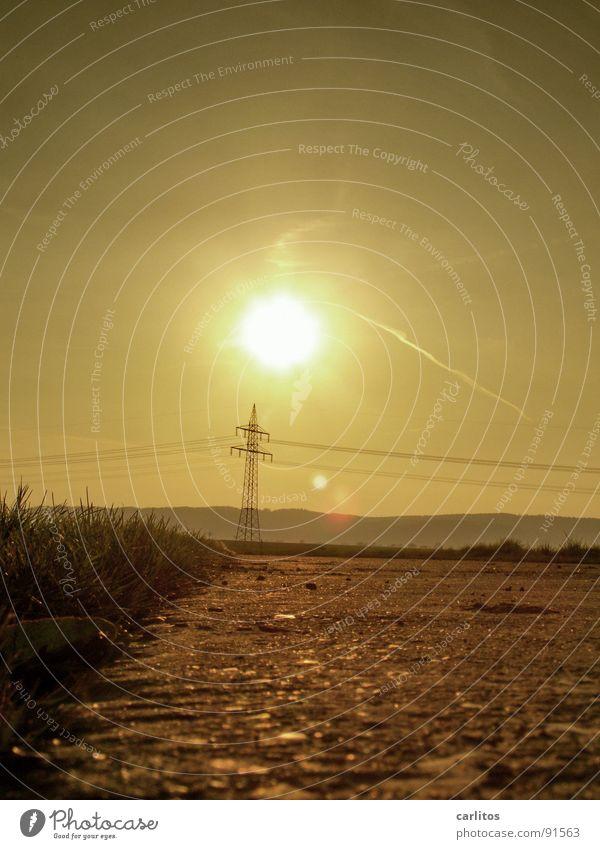 Der Energiewirtschaft geht ein Licht auf Dämmerung Feld Elektrizität Strommast Erneuerbare Energie Sonnenenergie Dunst Fußweg Nebelschleier Schleier