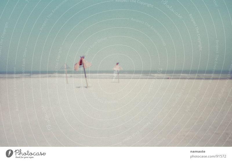 auf der suche nach der perfekten photographie 1 Niederlande Meer Strand weich türkis Sonnenschirm Horizont farbreduziert Sand