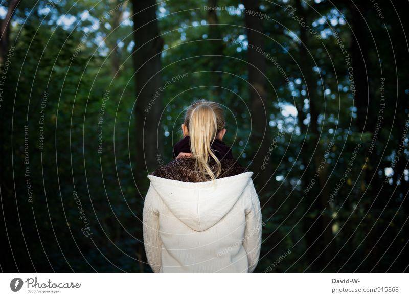 ein Weiblein steht im Walde Ausflug wandern feminin Junge Frau Jugendliche Erwachsene 1 Mensch 18-30 Jahre Jacke blond langhaarig Zopf stehen träumen