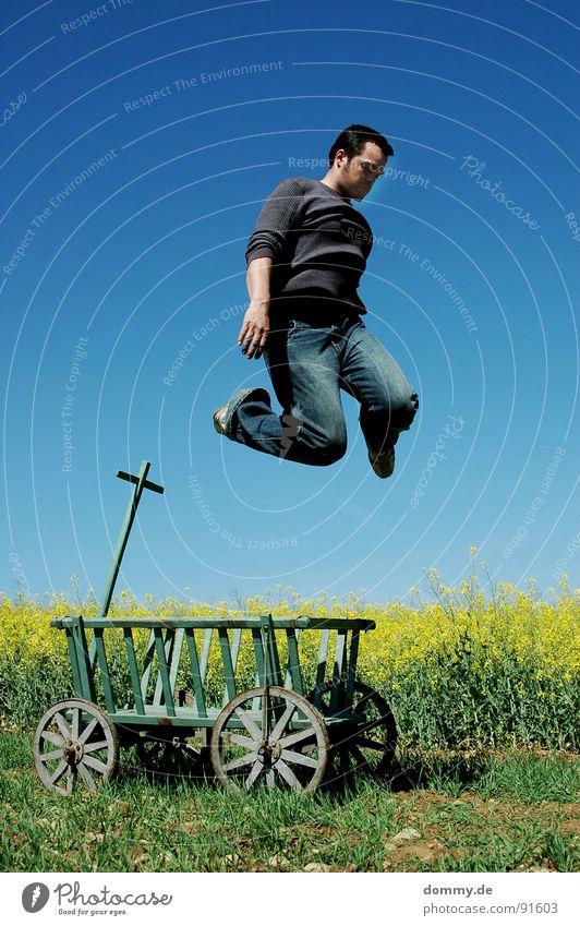 wo??? Mann Natur alt blau Sommer Freude gelb Wiese Spielen Wärme Holz Frühling springen Beine lustig Schuhe