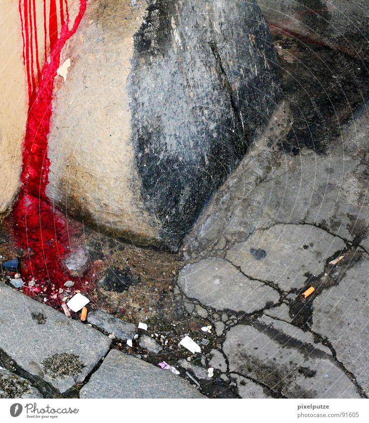 der gärtner war es nicht. alt rot Farbe kalt Mauer Stein Angst gefährlich Bodenbelag kaputt Sicherheit Trauer Spuren verfallen Bürgersteig Gewalt