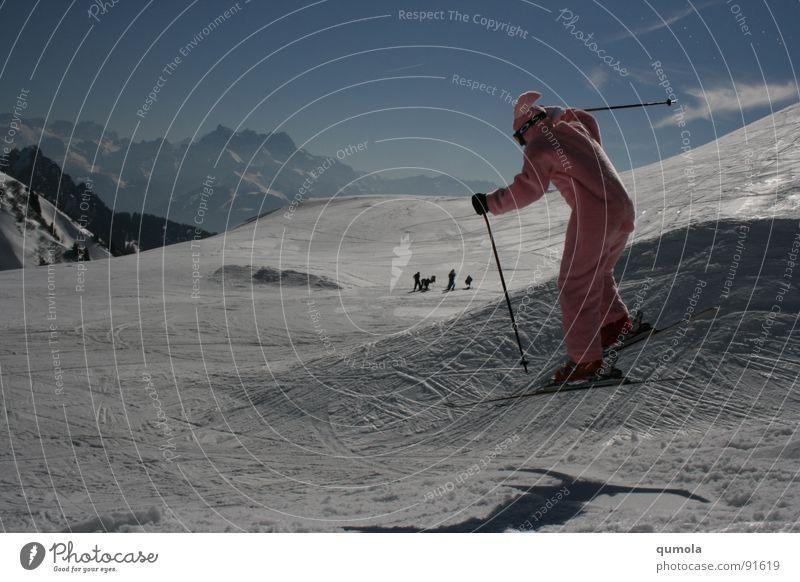 klarer Fall von Segelohr...! Mann blau weiß Freude Winter Schnee Berge u. Gebirge Erwachsene springen Stil lustig Wetter rosa Skifahren Lifestyle Hügel