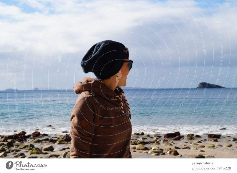 Hinterm Horizont Meer Sehnsucht Strand Blick Mütze Sonnenbrille Kapuzenpullover Ferien & Urlaub & Reisen Strandspaziergang Erholung Insel Wellen Wegsehen