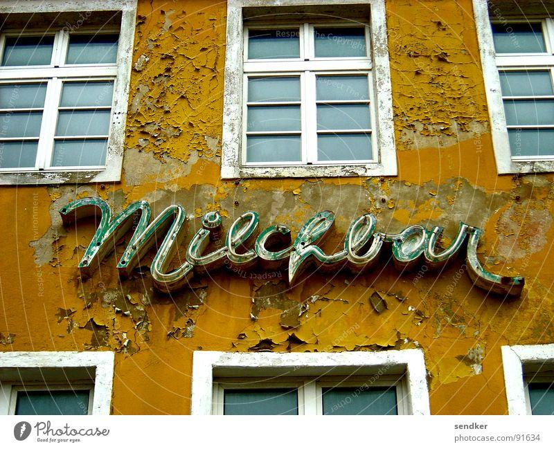 Trinkt mehr Milch Ruine Haus Vergangenheit Milchbar Bar verrotten fallen Ocker Trauer Fenster Leuchtreklame verfallen alt Verfall Stralsund Traurigkeit