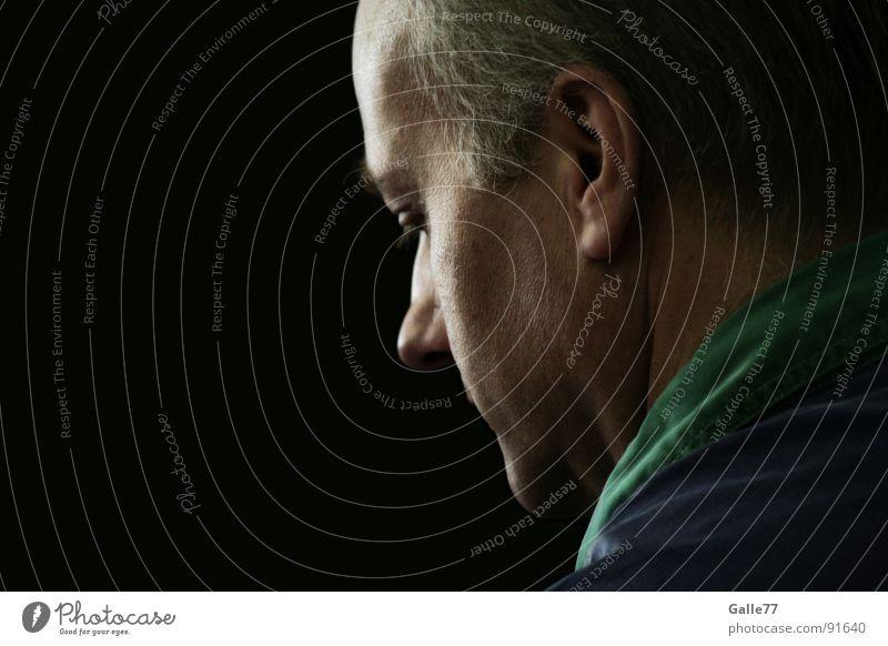mit den Gedanken spielen Porträt Denken Einsamkeit Erinnerung erinnern Licht Trauer Verzweiflung Ehrlichkeit authentisch nachdenken Schatten