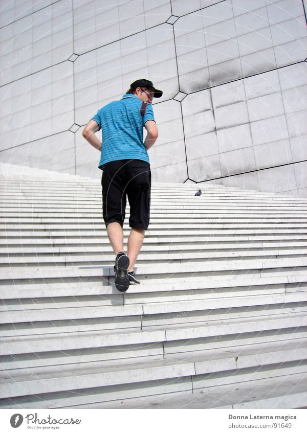 Treppensteiger Mann blau Sommer grau Suche modern Paris unterwegs La Grande Arche Spanische Treppe