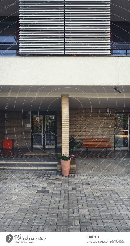 Mittelmass Menschenleer Haus Hochhaus Architektur Mauer Wand Fassade Balkon Fenster Tür Fußmatte Namensschild Klingel gelb grau orange weiß Bank Blumentopf