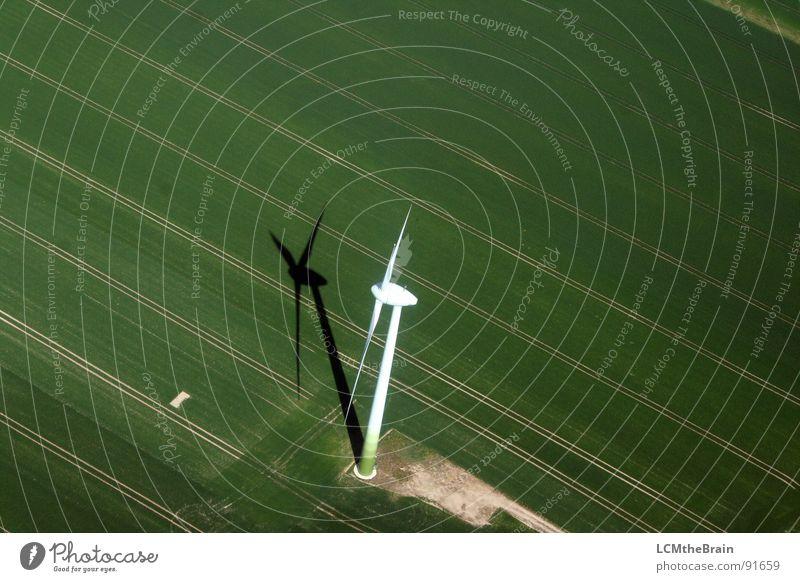 Mühle sucht Wind... grün Wiese Feld Energiewirtschaft Elektrizität Luftaufnahme Windkraftanlage Landwirtschaft Erneuerbare Energie