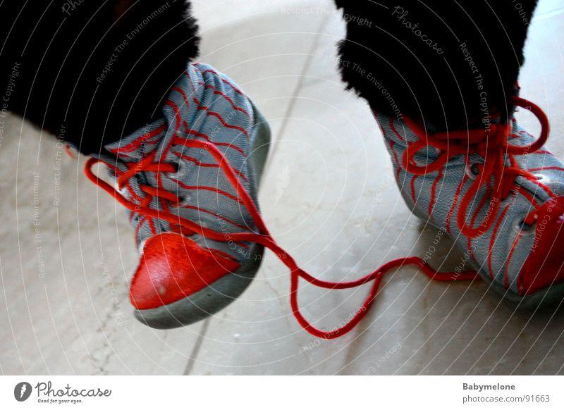 Stolperfalle blau rot Schuhe gehen laufen gefährlich bedrohlich fallen Respekt Schuhbänder stolpern Stolperfalle
