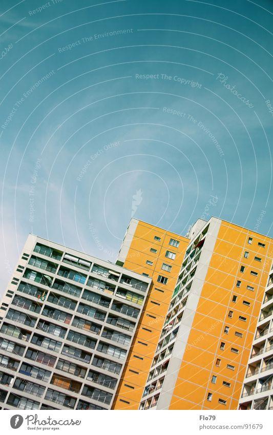 Hallesches Tor Haus Stadt Kreuzberg Plattenbau Hochhaus Beton Wohnung Etage trist Fenster Balkon türkis gelb himmlisch Himmel Wolken schlechtes Wetter Fernweh