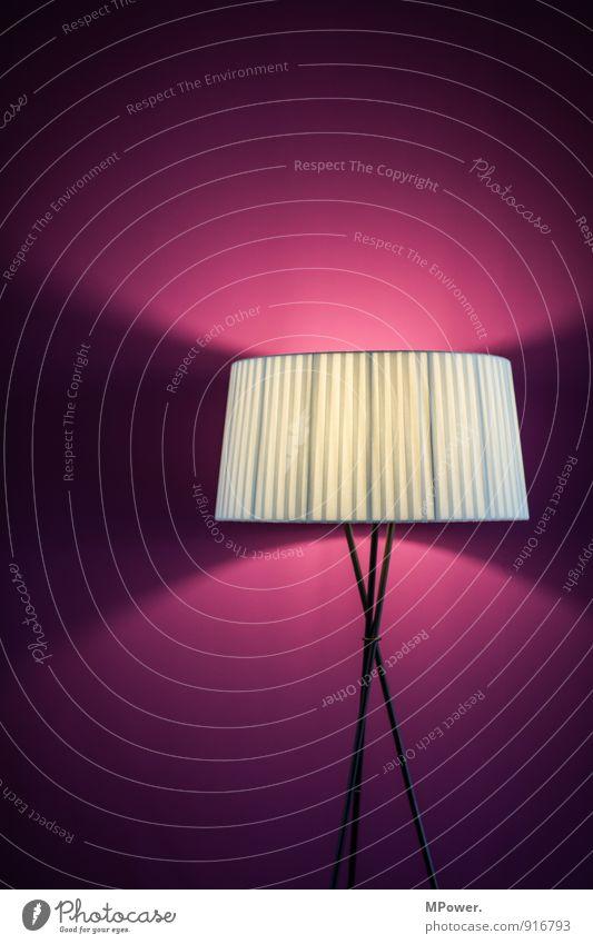 große leuchte Beton leuchten gelb violett Liebe Erotik Farbe Lampe Lampenschirm dreibeinig Beleuchtung Farbfoto Innenaufnahme Menschenleer Textfreiraum oben
