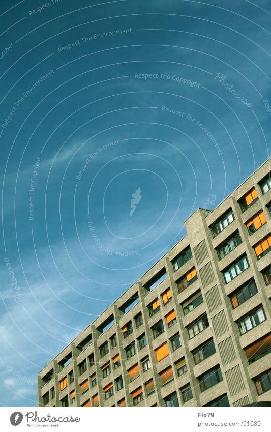 Urbankrankenhaus Haus Stadt Kreuzberg Plattenbau Hochhaus Beton Wohnung Etage trist Fenster Balkon türkis gelb himmlisch Himmel Wolken schlechtes Wetter Fernweh