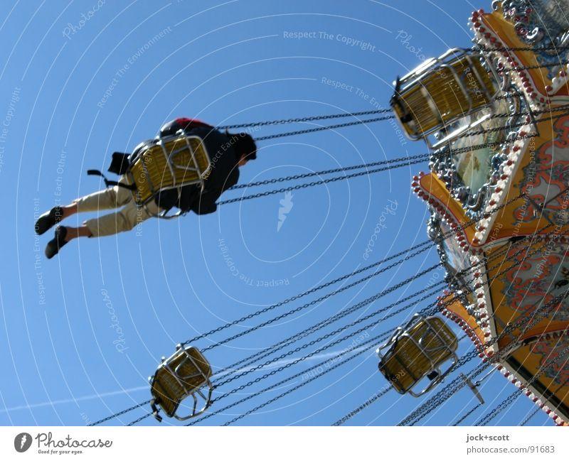 Ringelreiten mit fliegenden Bauten Mensch Freude Leben Zeit fliegen sitzen Geschwindigkeit retro Neigung Wolkenloser Himmel Leidenschaft Jahrmarkt Sitzgelegenheit drehen Kette Nostalgie