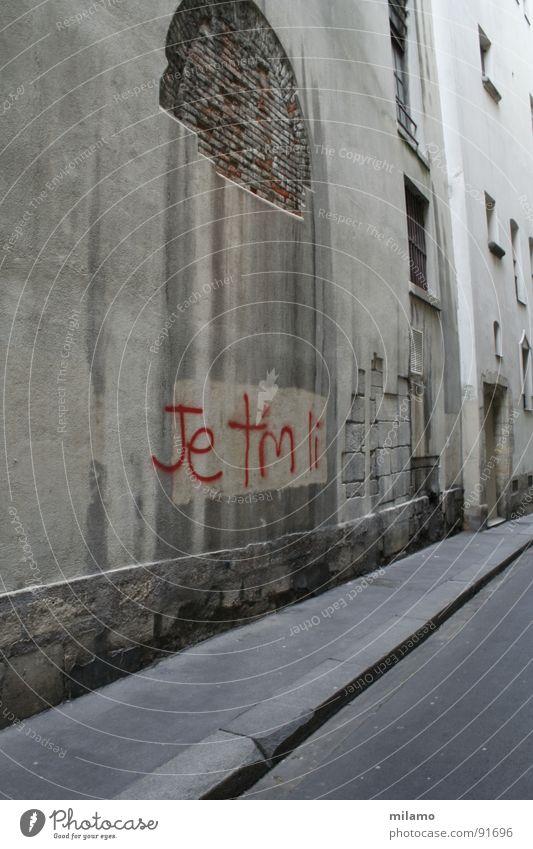 à Paris Gasse Wand Bordsteinkante Backstein dreckig verfallen rot Detailaufnahme Straße Gehsteig abbröckeln Graffiti Frankreich