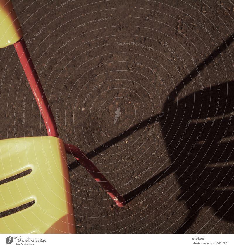 Sechs. Setzen. rot Sommer Freude gelb Erholung sitzen Beton Streifen retro Stuhl Kommunizieren streichen Kunststoff Gastronomie Statue Eisenrohr