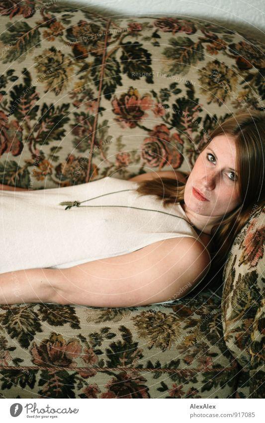 couchsurfing Jugendliche schön Junge Frau Blatt 18-30 Jahre Erwachsene feminin liegen Wohnung Häusliches Leben ästhetisch Coolness retro Abenteuer Kitsch dünn