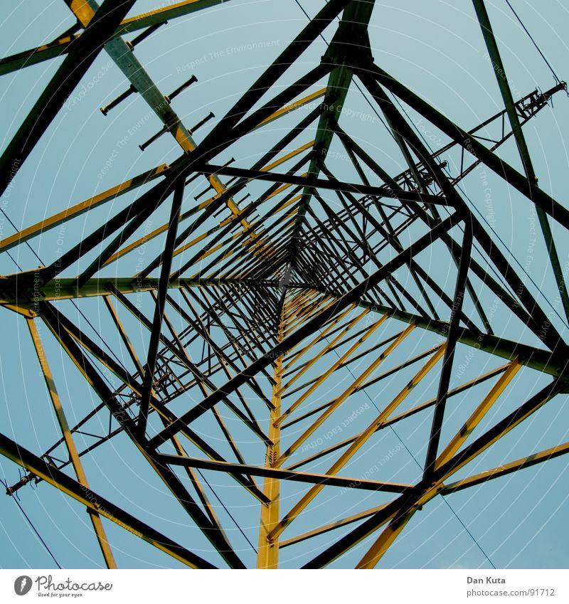 Kreuzverhör Himmel blau hoch Elektrizität offen dünn Mitte unten Strahlung Bauwerk Strommast Geometrie edel Draht Leitung zierlich