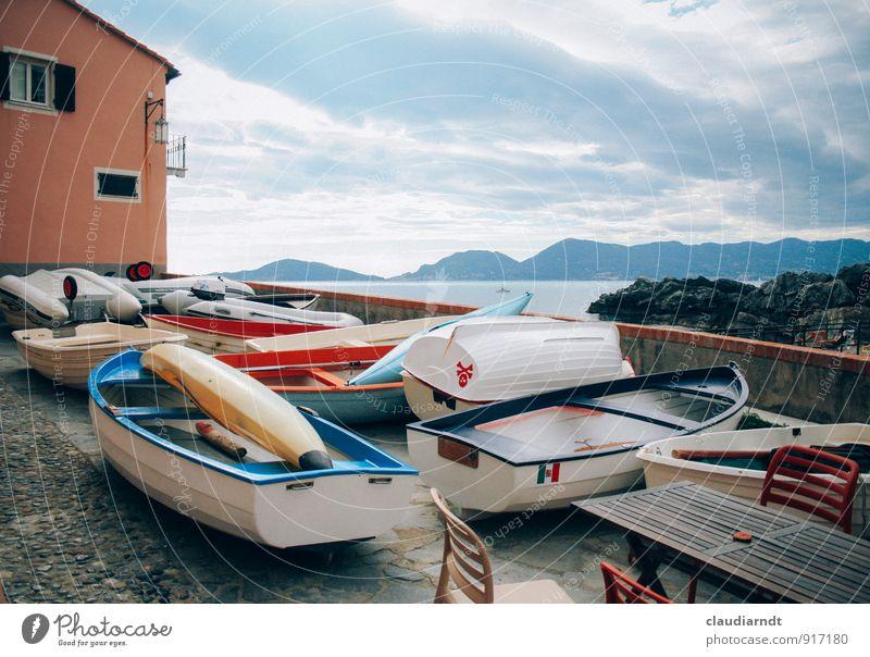 Auf dem Sonnendeck Tellaro Italien Europa Dorf Fischerdorf Altstadt Menschenleer Haus Platz Mauer Wand Terrasse Bootsfahrt Schlauchboot Beiboot Ruderboot