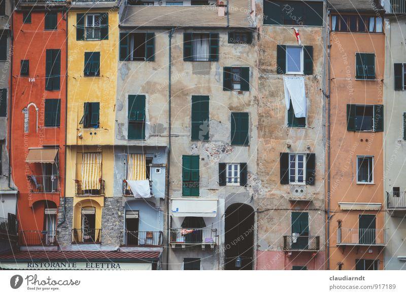 Alles Fassade alt Haus Fenster Architektur Gebäude Idylle Europa Italien historisch Dorf Balkon Sehenswürdigkeit Altstadt Fensterladen Altbau