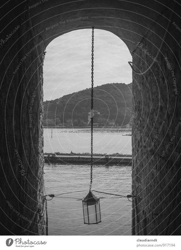 Weg zum Meer alt dunkel Wand Architektur Wege & Pfade Mauer Lampe Europa Italien historisch Straßenbeleuchtung Dorf Gasse Altstadt Tunnel