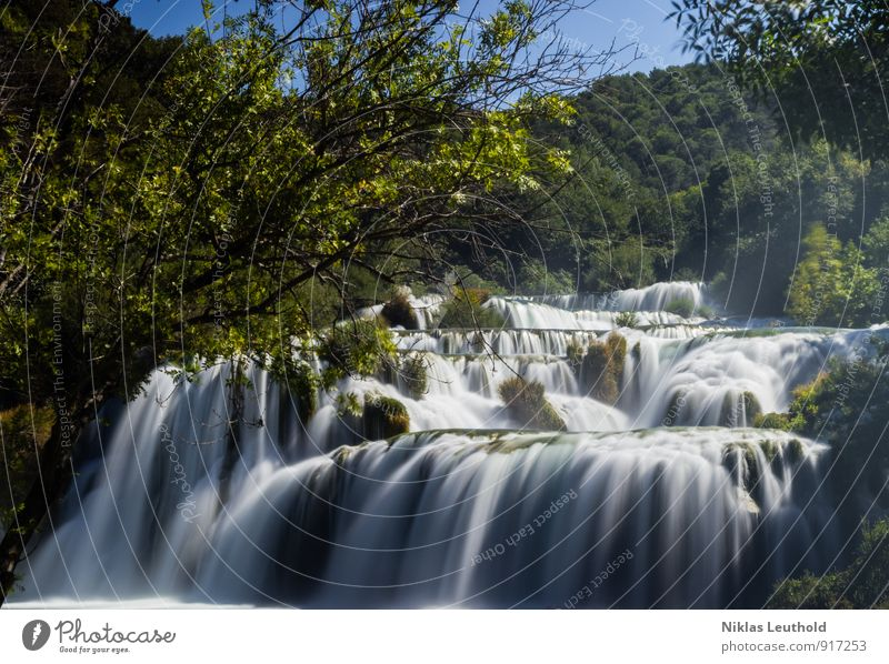 Krka Umwelt Natur Landschaft Wasser Sommer Wetter Schönes Wetter Baum Hügel Fluss Wasserfall Kroatien Erholung wandern ästhetisch Flüssigkeit frisch gigantisch
