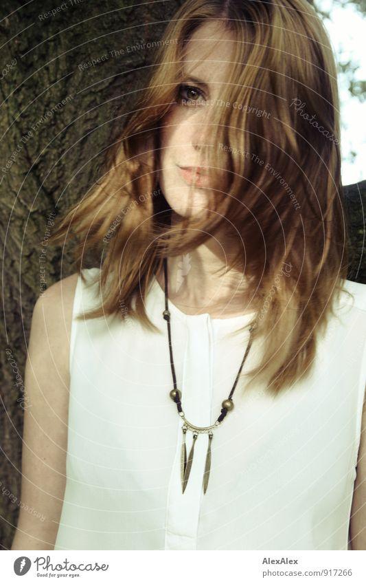 mit Kette Stil Junge Frau Jugendliche 18-30 Jahre Erwachsene Natur Schönes Wetter Baum Bluse Schmuck Halskette rothaarig langhaarig beobachten ästhetisch